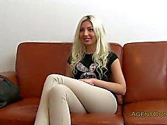 Française amatrice fait baiser sur un divan en poste
