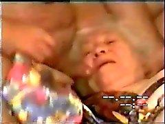 Mijn oude tante drinken al mijn cum !