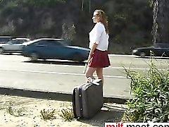 Autostoppeuse schoolgirl accomplis dans les slav des des rapports sexuels - la rencontrerez le MILF-