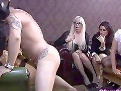 Hottie fetish de FemDom fodido antes que seus amigas