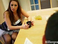 Paige Turnah como empregada doméstica em meias
