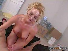 Sıcak amatör porno 2 sarışın amatör milf gelen Handjob