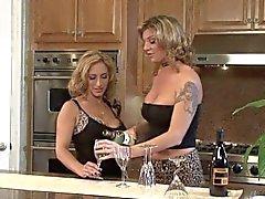 threesome Lesbian no contador de cozinha