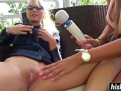 Hot Mia spelar med en söt vän