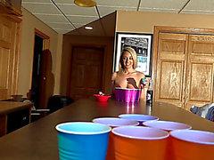 Nikki Sims amenaza temible-pong de la cerveza dos temible (02/09/2018)