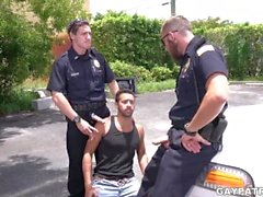 Criminal Perp får det svårt av två kåta poliser ser ut att knulla hårt