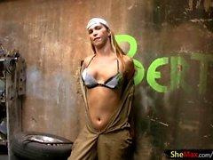 Shebabe mit massiven Hintern reibt ihre Mädchen Welle in einer Garage
