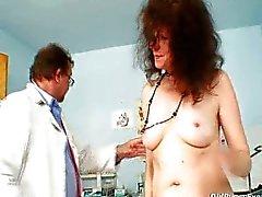 Karla visita gyno clínica com muito peludo