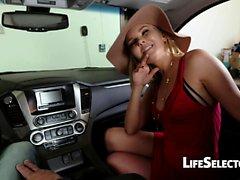 Cocky MILF Aaliyah Love gibt einen Blowjob in deinem Auto