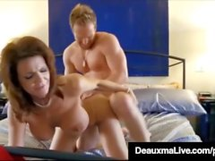 Kurvige Cougar Deauxma Ruft Muschi & Dick In Hot 3Way Fick-Fest!