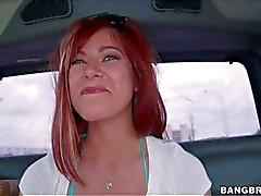 Alessas Schnee zeigt ihren perfekte Titten dem Rücksitz