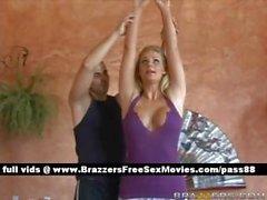 Magnifique de blonde pratique le yoga