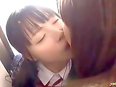 Asian Schoolgirl Kissed obtenir sa chatte Fingered par 2 filles âgées On The