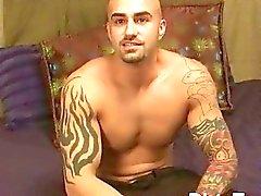Tatuado de y muscular cachas homosexual muestra apagado su cuerpo tattooed