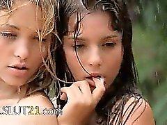 Bei babysitters sotto la pioggia di