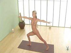 Beauté blanc maigres illustrer quelques-uns poses de yoga dans le buff
