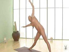Худые Blonde Beauty свидетельствует немногие позы йоги нагишом