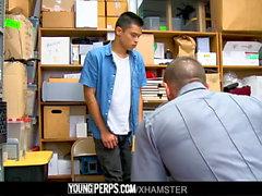 YoungPerps - La garde musculaire prend la virginité des voleurs