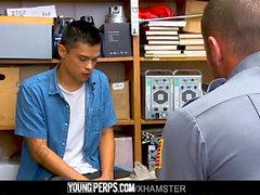 YoungPerps - Muscle guard toma la virginidad de los ladrones de tiendas