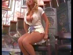 Alison Angel masturboimassa julkisissa
