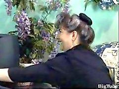 Oma mit haarige Muschi wird gefickt und facialed