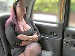 Rothaarige mit massiven Titten in einer gefälschten Taxi hämmerte
