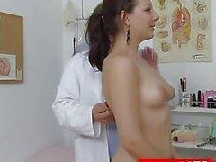 Hot Tarya Rey y viejos ginecólogo
