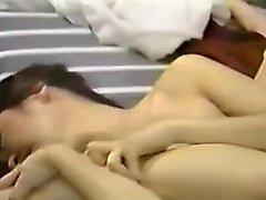 Japonés asiático aficionado maneja juguete anal