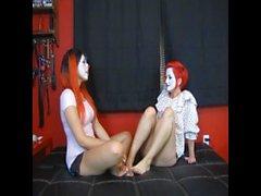 Clowns chatouiller l'un l'autre