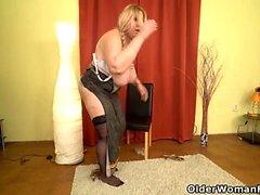 Euro BBW Dita arbetar hennes fitta med fingrar och dildo
