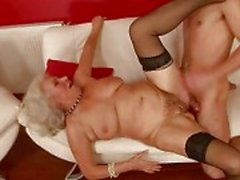 Lusty peituda avó merda com um menino