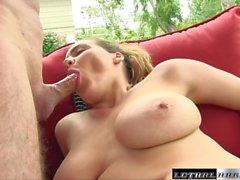 Natasha revient à obtenir ses énormes seins fucked