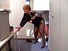 Büro Granny abgefickt in Strümpfen