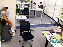 Senhora da limpeza Lambido Fingered Dando Boquetes Para Guy In The Office