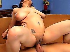 Ana Paula de pecho grande se golpea duro y gime con deleite