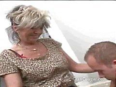Seksi yaşlı nine onu alır til onu şimdi ve alışkanlık durdurmak istiyor
