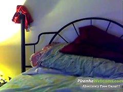 Brunette amatööri webcam teini-ikäinen tyttö strippaus