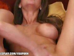 Emily Addison bekommt Piper Fawn zu sitzen auf ihrem Gesicht, bis sie Cums