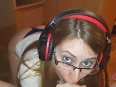 Fodendo uma experiência de garota gamer (enorme cumshot) - POV