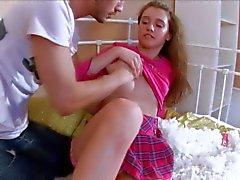 Barely Legal ruskeahiuksin Katien sukat vetää alas hänen pikkuhousut : seksikäs videon Pornsharing