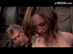 Delgado y chica recibiendo liberado de servidumbre atar a la Nipples torturada azotada mientras que se sienta en las mazmorras