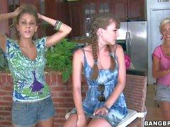 A Capri Anderson ottiene condiviso da due ragazze Lesbica