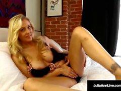 Mega Hot Milf Julia Ann Embebe a calcinha no suco de buceta!
