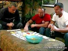 Ребята играют стрип монополией