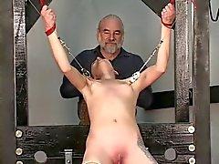 Sklave bekommt Zurückhaltung zu Tisch Meister gebundene verleiht Nippel Folter mit Klemm