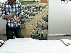 O homem adquire duplo prazer de a massagem e sexo