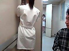 Atractivo de enfermera asiática pone roce córnea