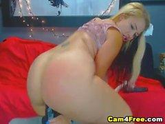 Hot Blonde babe cavalca il suo giocattolo Big Black Dildo