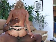 Sexy girl monte sur une grosse bite tout en suçant fucking et sur un autre coq