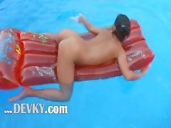 Busty babe deep toying butt in pool